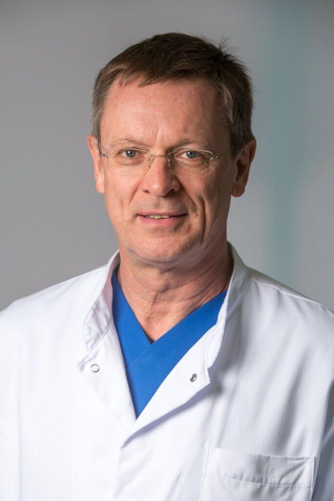 Dr. med. Peter Koch-Gwinner arbeitet am Helios Klinikum Erfurt mit einem Altersanzug AgeMan®