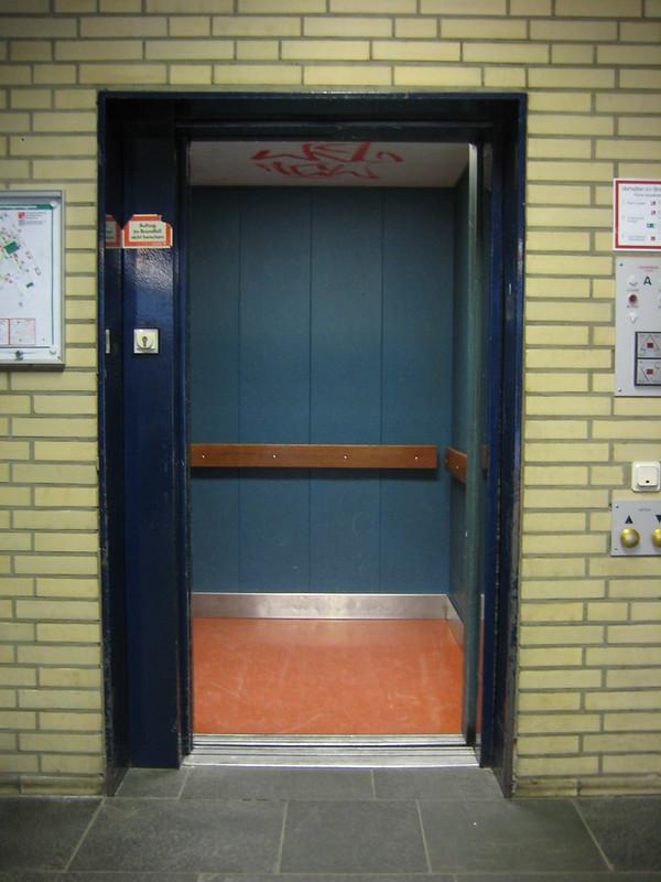 Missverständnisse im Pflegeheim: viele Ältere heben den Fuss, wenn sie einen Aufzug betreten. Sie tun dies aus Sorge, dort sei eine Schwelle.