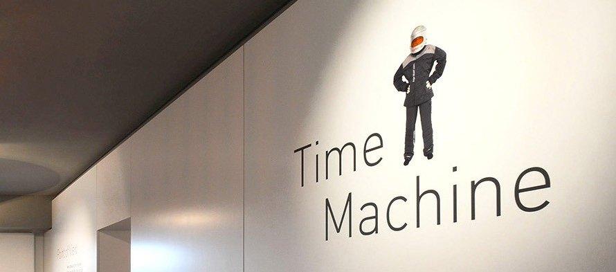 """In der Ausstellung """"Second Hand"""" kann man den Alterssimulationsanzug AgeMan in Würzburg ausprobieren."""