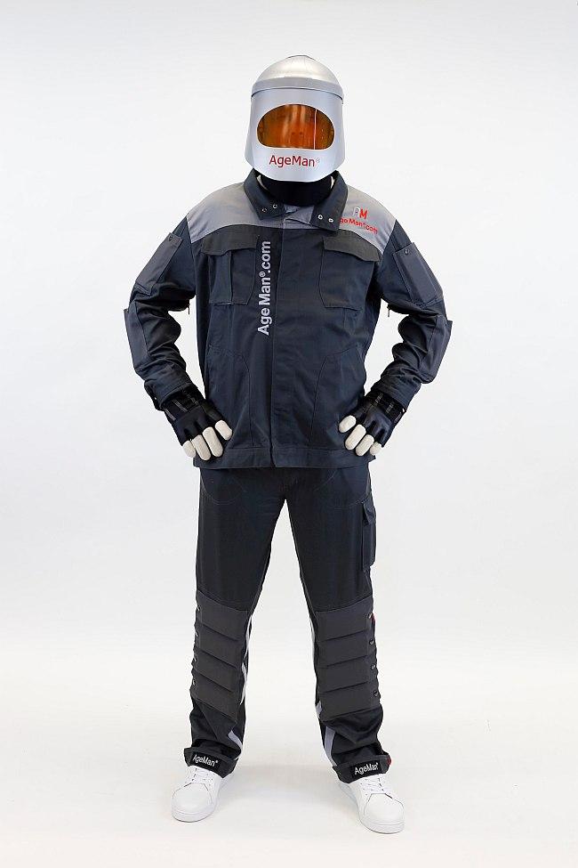Der Alterssimulationsanzug AgeMan besteht aus Visier, Jacke und Hose mit eingenähten Gewichten. Weiterhin: Gelenkbandagen, Spezialhandschuhe, Gehördämpfer.